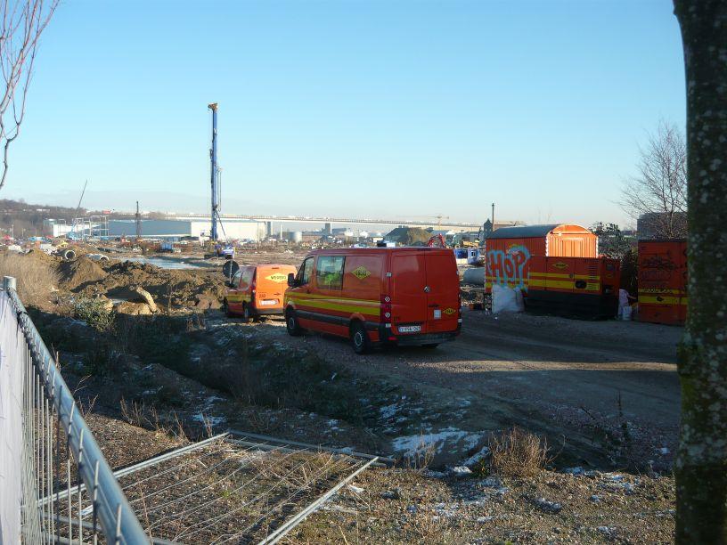Les travaux sont en cours pour Bpost (photo prise depuis le coin ouest, où le bus 57 pourrait faire halte s'il desservait le pont de Buda (ci-dessous)